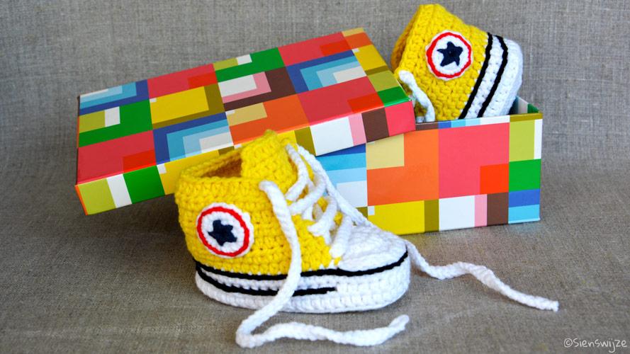 Gehaakte baby sneakers geel